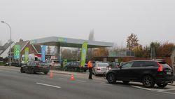 Zó druk aan nieuw tankstation dat politie verkeer regelt