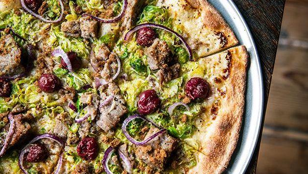 """La pizza """"Brusselproud"""", qui met en avant le pain de viande belge et un émincé de choux de Bruxelles al dente"""