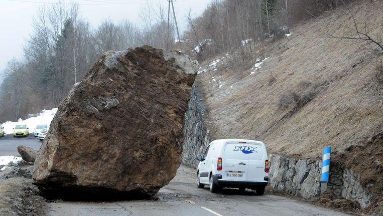 Het rotsblok op een doorgaande weg van en naar het Franse skigebied Les Trois Vallées Beeld AFP