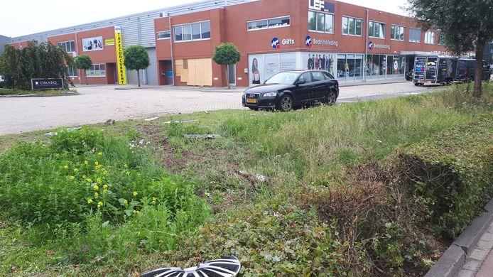 De bestelauto reed door een heg over de parkeerplaats de bedrijfsruimte binnen.