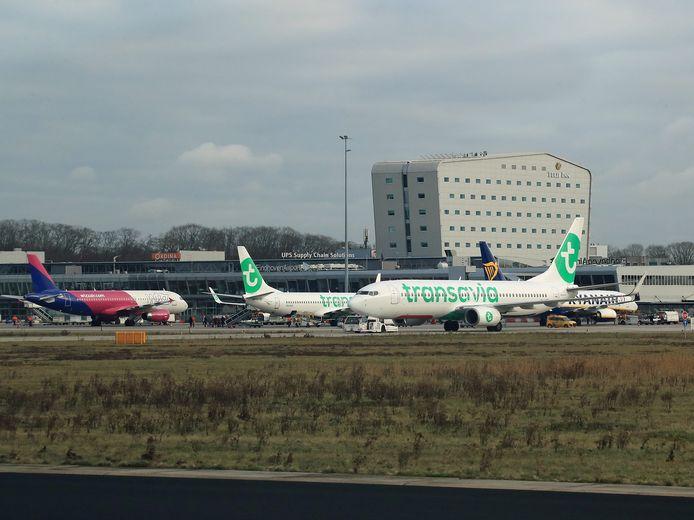 Vliegtuigen van Transavia, Ryanair en Wizzair op het platform van Eindhoven Airport.