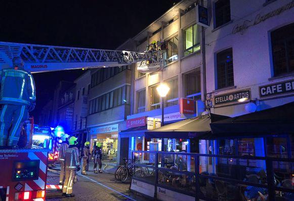 De brandweer evacueerde vier bewoners met een ladderwagen.