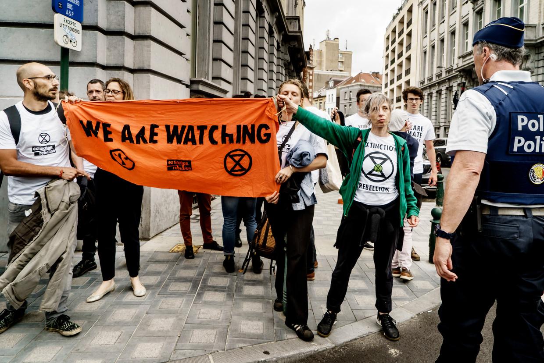 De activisten van Extinction Rebellion tijdens een actie aan het parlement in Brussel.  Beeld Eric de Mildt
