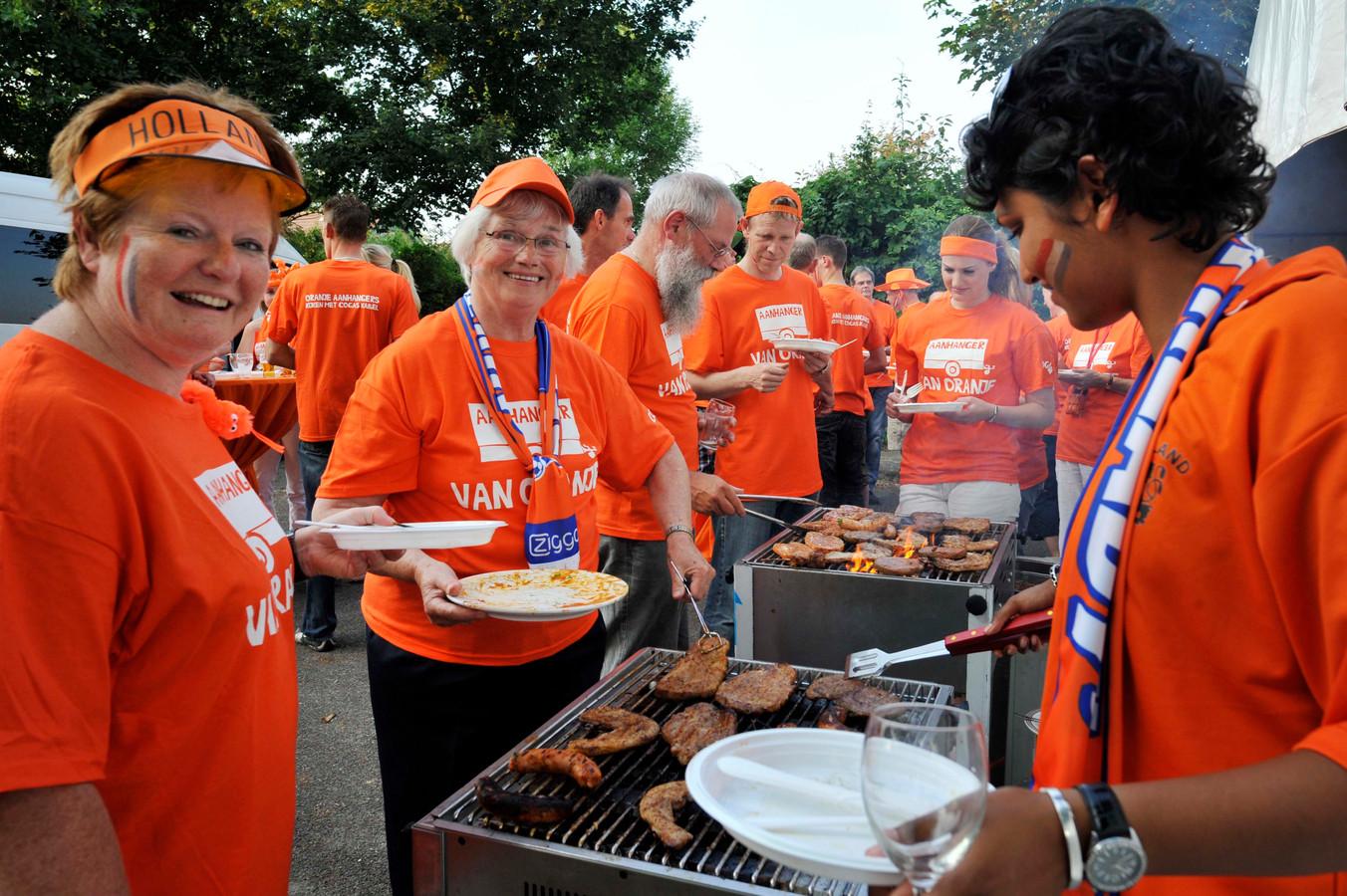 Barbecueën voor aanvang van Nederland - Oostenrijk zit er wel in, maar of het droog blijft tijdens de wedstrijd is nog onzeker.  Ter info: deze foto is voor de coronapandemie genomen.
