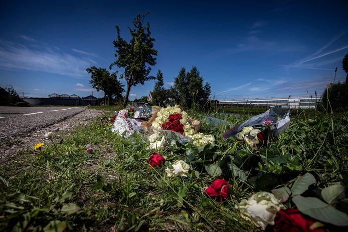 07072020 - honselersdijk, broekpolderlaan, op de plek van het ongeval, hebben vrienden bloemen neergelegd. Jim Mulder werd 17 jaar en overleed aan de gevolgen van het ongeval. AD Haagsche Courant Westland  © Thierry Schut