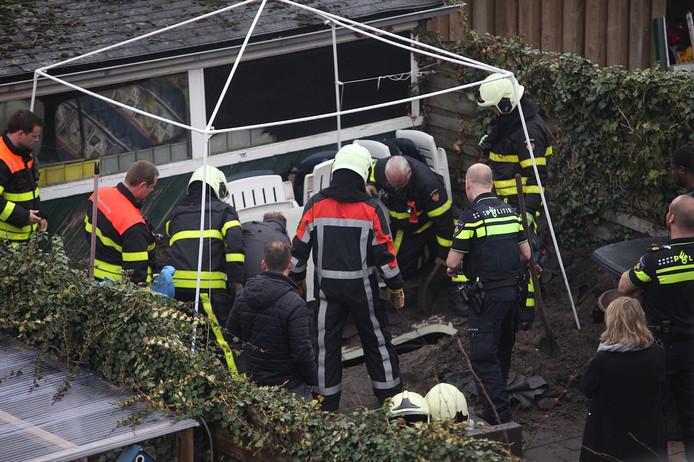 De agenten en brandweer bij de locatie waar de kwekerij zich bevond.