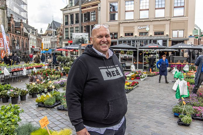 Mark Corporaal, de eigenaar van stadscafé Blij aan de Grote Markt, schikt zijn terras met twaalf plaatsen in, zodat de marktkoopman voldoende ruimte heeft om zijn waar te verkopen.