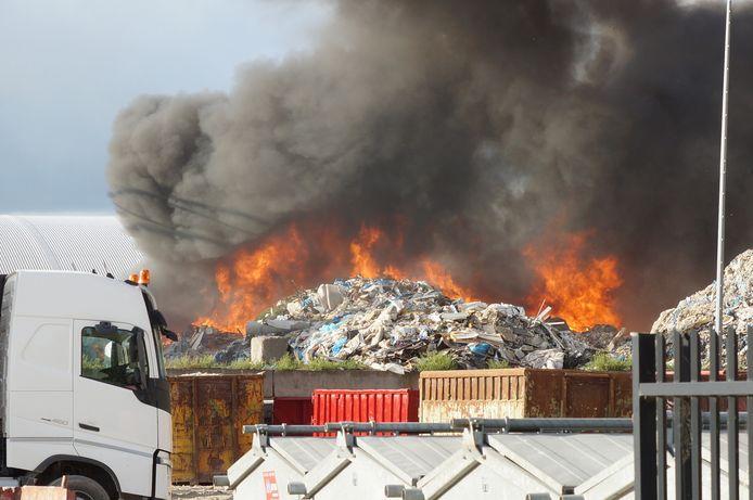 Bij het bedrijf Maton stond maandag een forse berg bouwafval in brand, met flinke rookontwikkeling als gevolg.