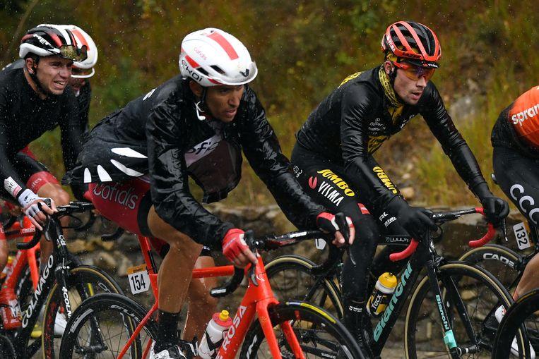Primoz Roglic zondag in de Vuelta met regenjack aan. Beeld Getty Images
