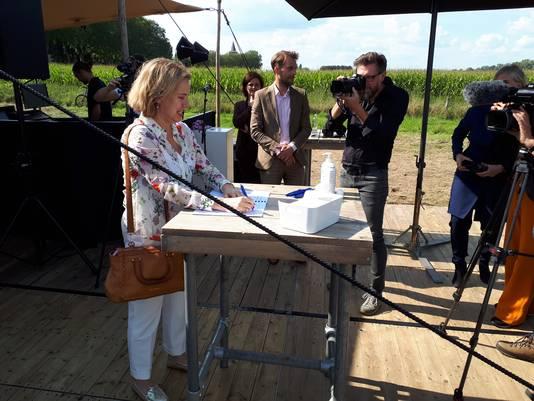 Minister Stuit Op Maasdijk Bij Dieden Op Demonstranten Tegen Stort Van Granuliet Oss E O Bd Nl