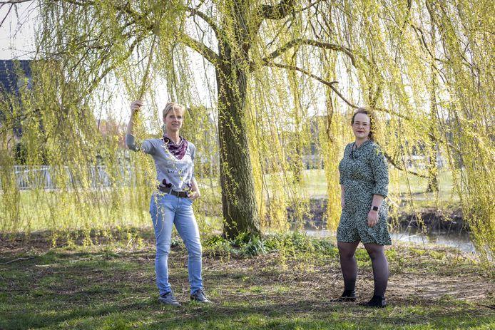 Esther Baks (links) en Manon Voort. Klem tussen twee fysio's.