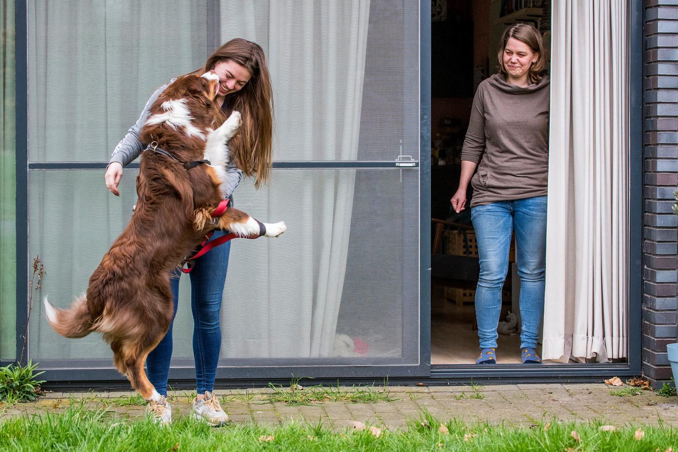Romiley Veenhof (l) was zo aardig om de hond van de zieke Brechje Geutjes uit te laten nadat ze op Facebook een oproep had geplaatst. Geutjes mag zelf de deur niet uit.