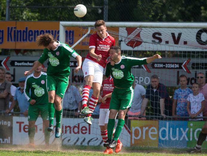 Bjorn van Koppenhagen en Moussa Hamdaoui komen er niet aan te pas bij Niels Meijer van Concordia Wehl.