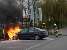 Auto vliegt spontaan in brand bij tankstation in Tiel