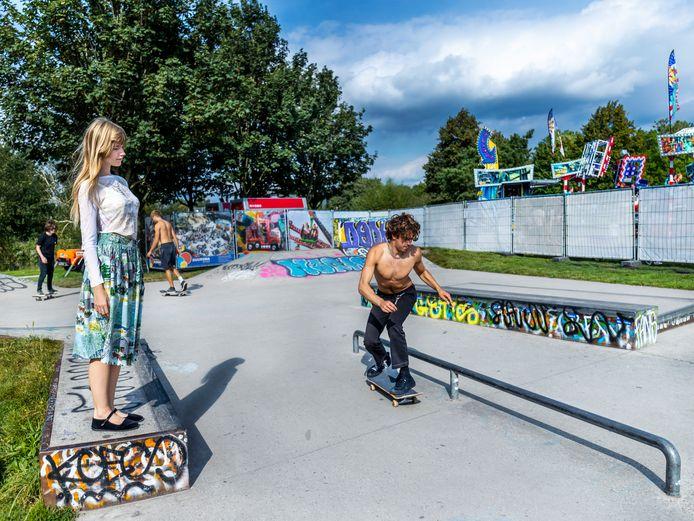 Lotus (21) kijkt naar haar skateboardende vriend Jaas (21).