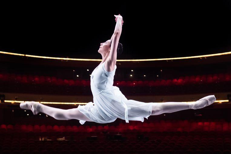 Maia Makhateli: Alleen door op te treden leer je hoe je je energie moet verdelen om aan het einde van bijvoorbeeld 'Zwanenmeer' nog benen over te hebben. Beeld Joris van Gennip