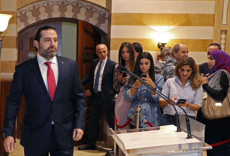 De Libanese premier Saad Hariri stapt naar het spreekgestoelte om zijn ontslag aan te kondigen. Beeld AFP