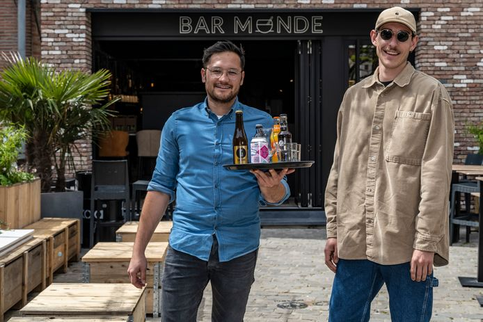 Junior en Bram zijn helemaal klaar voor de opening van Bar Monde.