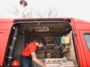 """Martijn (24) bouwt tweedehands busje om tot huis op wielen: """"Twijfelen hielp me niet, dus ik ben er gewoon aan begonnen"""""""