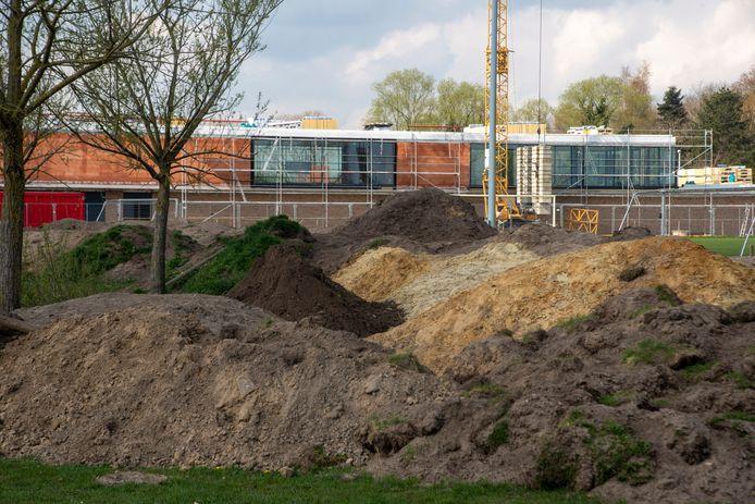 De aarde aan de polyvalente zaal in aanbouw op Kruisen zou dienst kunnen doen als BMX terrein.