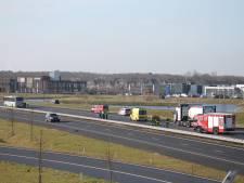 Vrachtwagen botst met lijnbus bij Halsteren, trucker gewond naar ziekenhuis