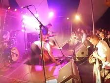 Gitarist zakt door podium, maar speelt door bij Pigpop in Beltrum