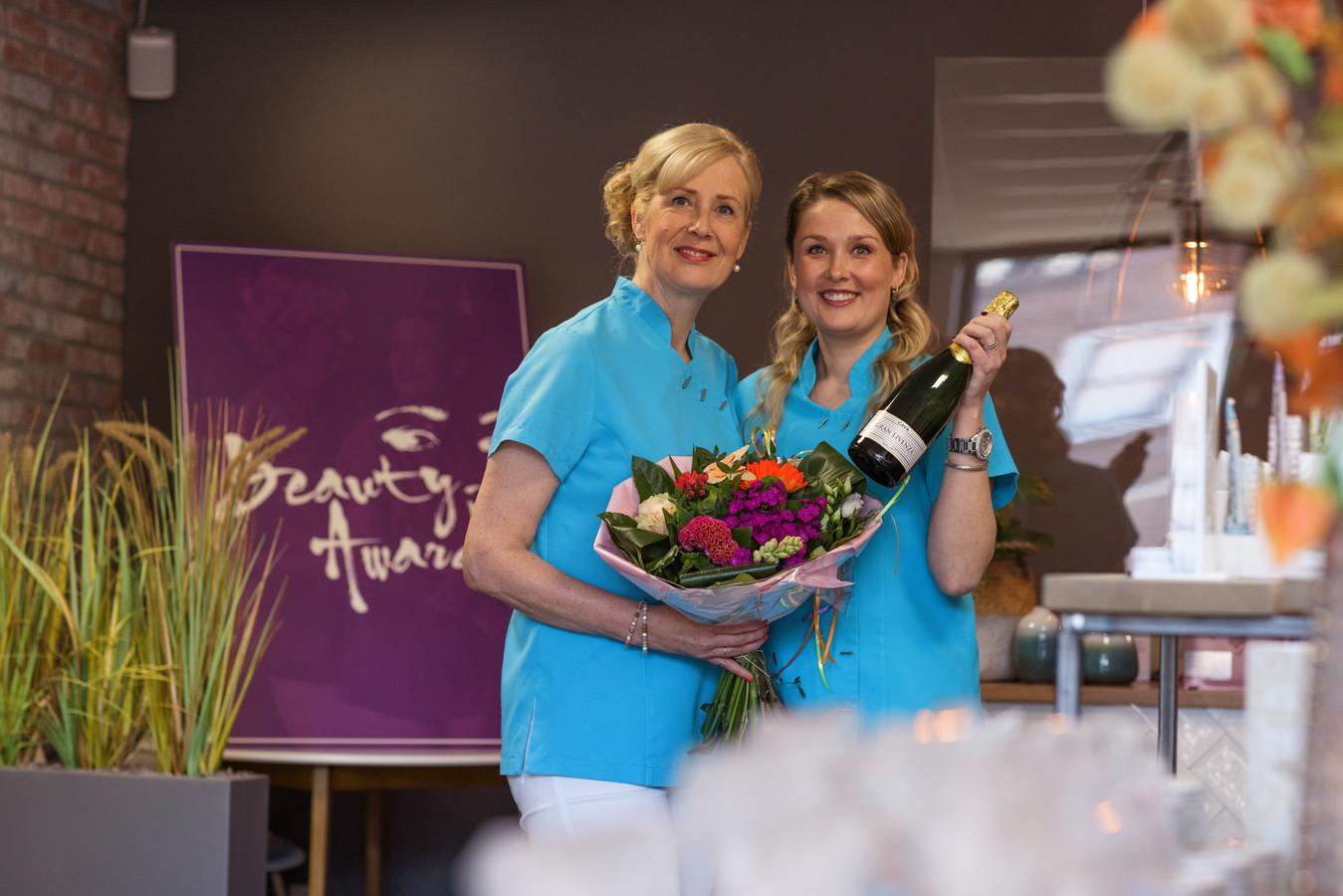 Zevenbergen - 26-4-2021 - Foto: Pix4Profs/Marcel Otterspeer - Petit Spa Brilliant heeft Beauty Award gewonnen. Schoonheidsspecialiste Sanne Schoones, samen met haar moeder Sandra eigenaar van de salon, kan haar geluk niet op.