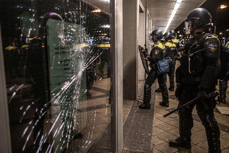 Rellen in Osdorp vanwege de avondklok. Beeld Joris van Gennip