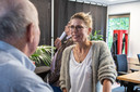 Columniste Renate Wennemars in gesprek met bezoekers van de open dag.