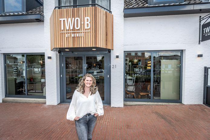 Mondie Scheepers bij haar nieuwe zaak aan de Dorpstraat in Veldhoven