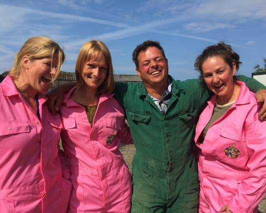 Willemijn, Bertine en Janneke in roze overalls op de boerderij.