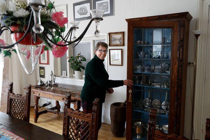 Magda van Dalen met haar kast.
