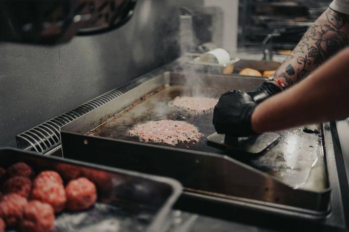 Préparation des steaks qui composent les smash burgers de Bunny.