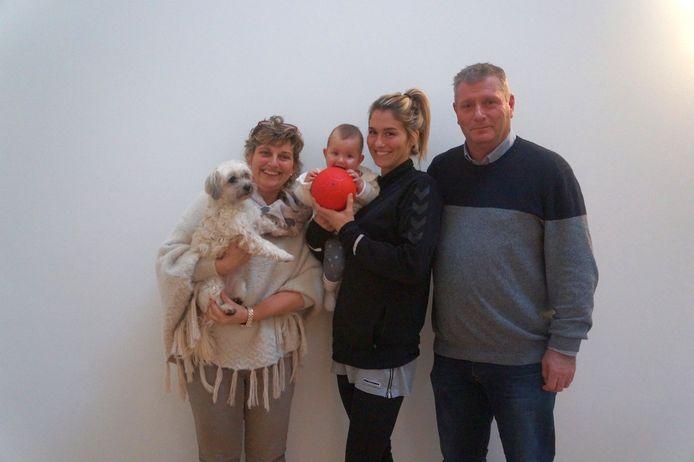Estavana Polman met dochter Jesslynn tussen haar moeder Winniefred en haar vader Willem.