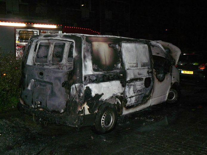 De zwaar beschadigde auto na de brand aan de Brugstraat.