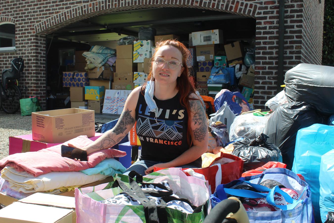 Charlotte Bohyn wist zaterdagmiddag even geen blijf met alle hulpgoederen die geleverd werden.