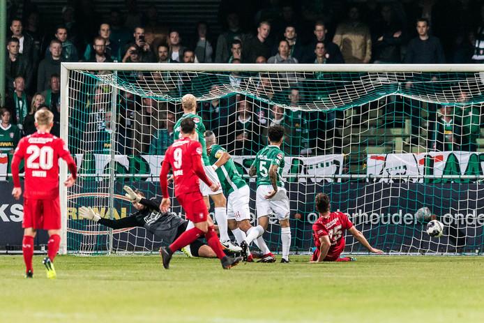 De goal van Peet Bijen voor FC Twente.