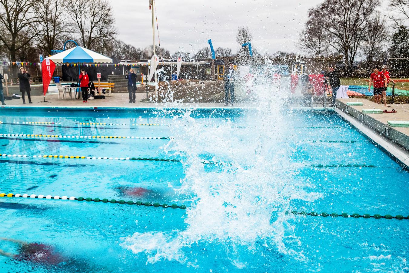 Zwembad De Tippe in Heino opende dit jaar al begin maart, extra vroeg vanwege de coronacrisis (archieffoto).