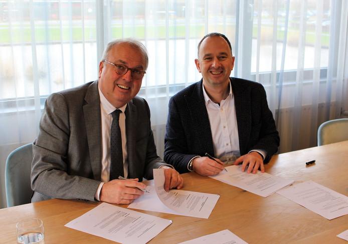 Burgemeester Peter van der Velden en directeur Ernst-Jan Klein van Bres Accommodaties BV ondertekenen de overeenkomst