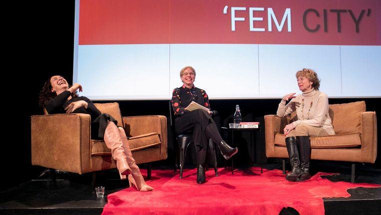 In Pakhuis De Zwijger, op een avond over feminisme, vertelde burgemeester Halsema over het nieuwe vrouwennetwerk dat ze aan het opzetten is. In het midden Tracy Metz, organisator van de talkshow. Rechts Neelie Kroes. Beeld Amaury Miller
