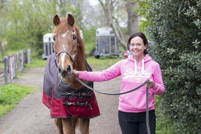 """Stokoud, bijna blind en al jaren in het leven van Chantal Hoekstein-Ter Bekke: het paard Fellow. """"Door de deken die op zijn rug ligt, is niet te zien dat hij erg mager is."""""""