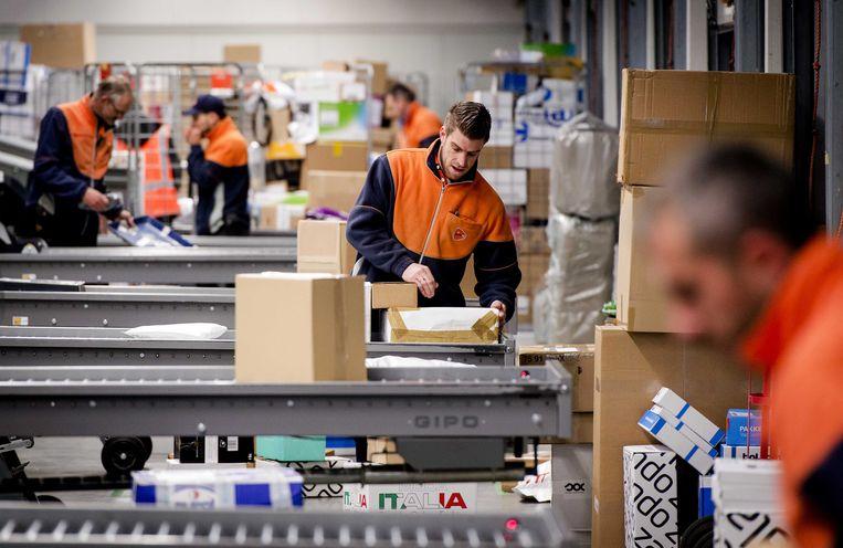 Pakketjes op het distributiecentrum van PostNL. Beeld ANP