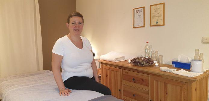 Katleen Eeckels aan haar massagetafel.
