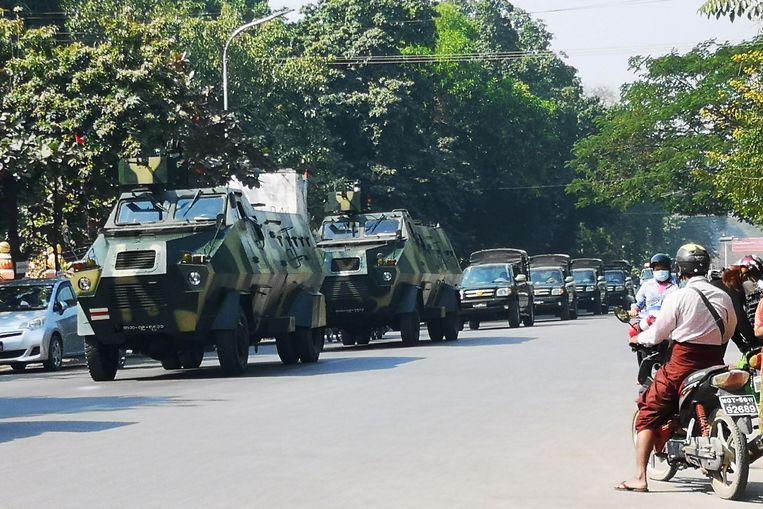 Een dag na de coup rijden militaire voertuigen door de Myanmarese stad Mandalay.  Beeld Reuters