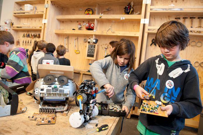 In de Scraphoek van De Ontdekfabriek in Eindhoven kun je apparaten uit elkaar halen en er iets nieuws van bouwen.