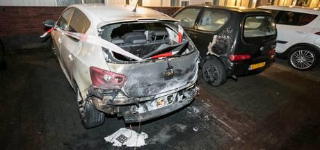 Binnen een uur twee auto's in brand in Arnhem