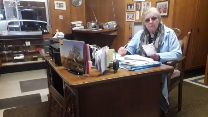 """Dag en betankt! Maria sluit na 64 jaar hard werken 'haar' benzinestation: """"Met 88 jaar ben ik de oudste Total-pompbediende van Europa"""""""