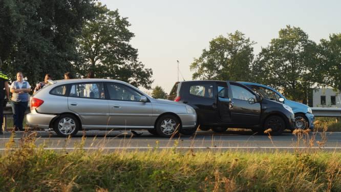 Filevorming op A59 bij Elshout: vier auto's botsen op elkaar
