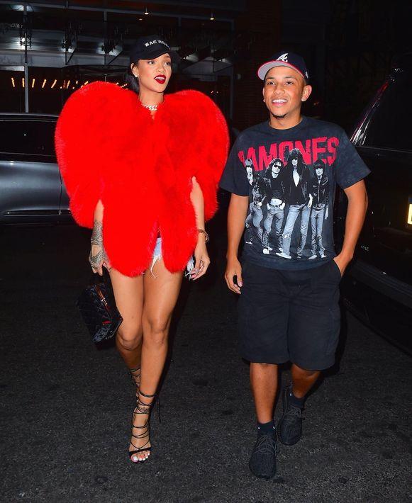 Rihanna in een bontjas van Saint Laurent Paris, september 2016. Prijskaartje: 12.500 euro.