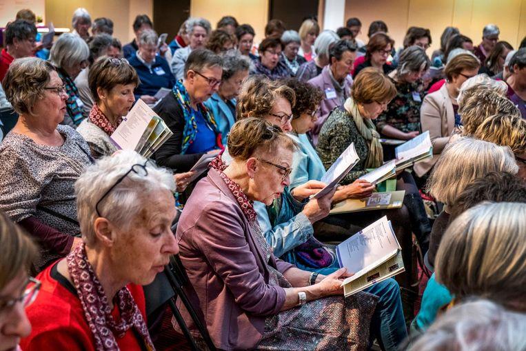 Vrouwen zingen het synodelied bij de Oecumenische Vrouwensynode in Delft. Beeld Raymond Rutting/de Volkskrant